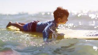 Enfant en train de surfer au Costa Rica