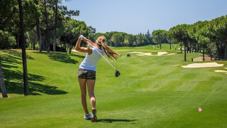 Femme jouant au golf au Costa Rica