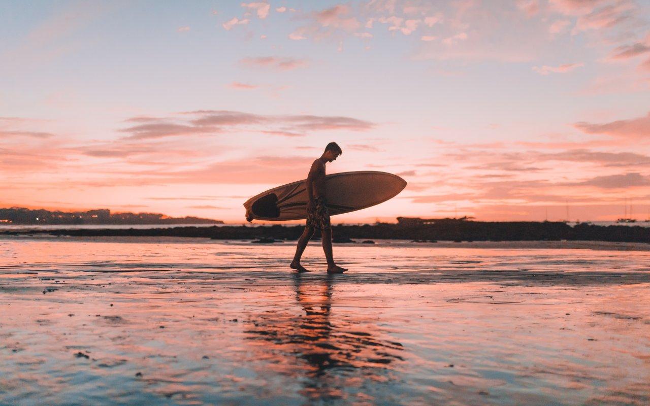 Surfeur sur une plage du Costa Rica